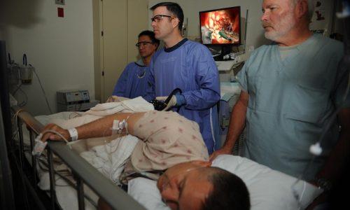 Колоноскопия позволяет осмотреть внутреннюю область кишечника и распознать любые повреждения, опухоли и воспаление кишки