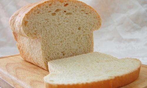 При обострении геморроя не рекомендуется употреблять свежий пшеничный хлеб