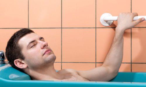 Если вода теплая, можно лежать в ванной, полностью погрузив тело в жидкость
