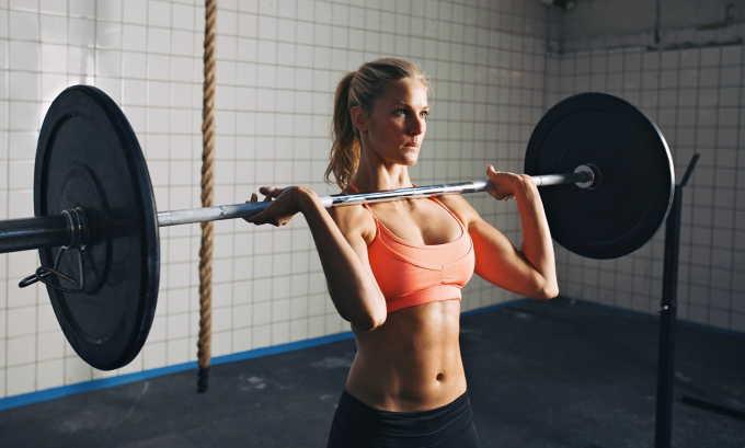 При поднятии тяжестей и занятии некоторыми видами спорта внутрибрюшное давление повышается, что способствует выходу геморроидальных узлов наружу
