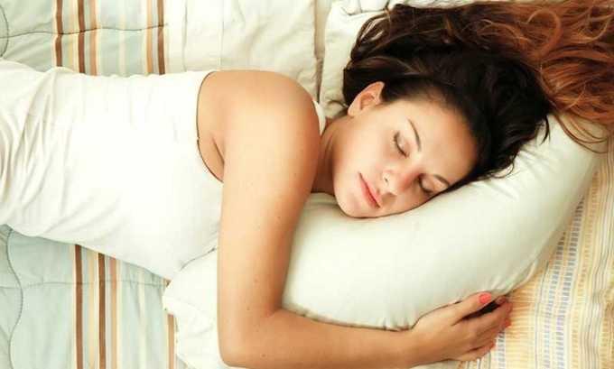 Применять свечи от геморроя лучше перед тем, как лечь спать