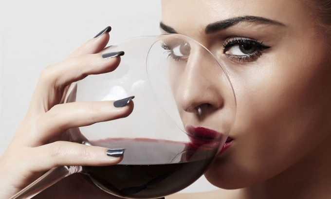 Врачи категорические запрещают пить красное вино людям, которые страдают от геморроя