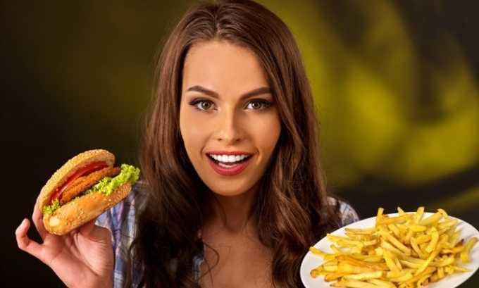 Неправильное питание вызывает запоры, которые провоцируют развитие геморроя