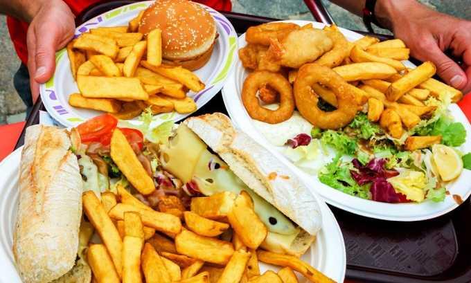 Избыток в меню острой, грубой, жирной и жареной пищи является одной из причини развития тромбированного варикоза