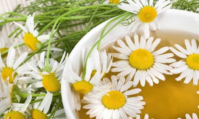 При лечении геморроя ваннами можно использовать отвар цветков ромашки
