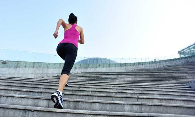 Пациент должен стараться выше поднимать ноги, например, можно, ходить по лестнице — такое упражнение поможет предотвратить застой крови в органах малого таза