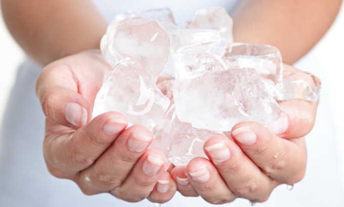 Остановить кровь при лопнувшем геморрое в домашних условиях позволяет холод. Пациенту достаточно приложить к анальному отверстию компресс со льдом, не допуская переохлаждения тканей