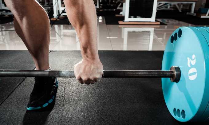 Тяжелый физический труд или занятия некоторыми видами спорта могут спровоцировать образование геморроя