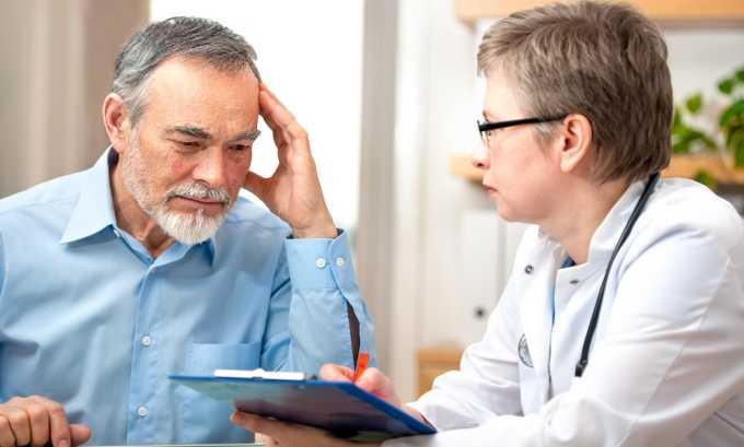 На первичном приеме проктолог консультирует пациентов с геморроем