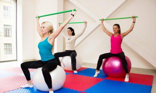 Лечебная гимнастика для женщин, страдающих геморроем, сочетает базовый набор упражнений