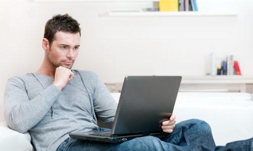 Если профессиональная деятельность мужчины связана с длительным сидением на стуле, нужно периодически делать разминку