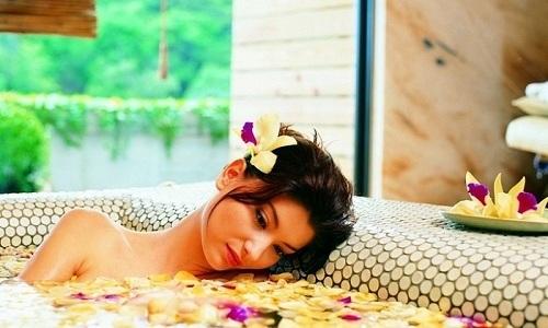 В бане можно принимать холодные ванночки, которые помогут снять боль при геморрое