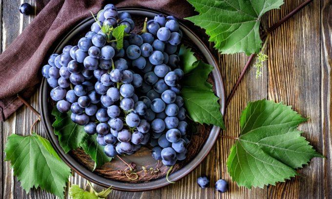 При геморрое нельзя употреблять виноград, так как он вызывает брожение в кишечнике