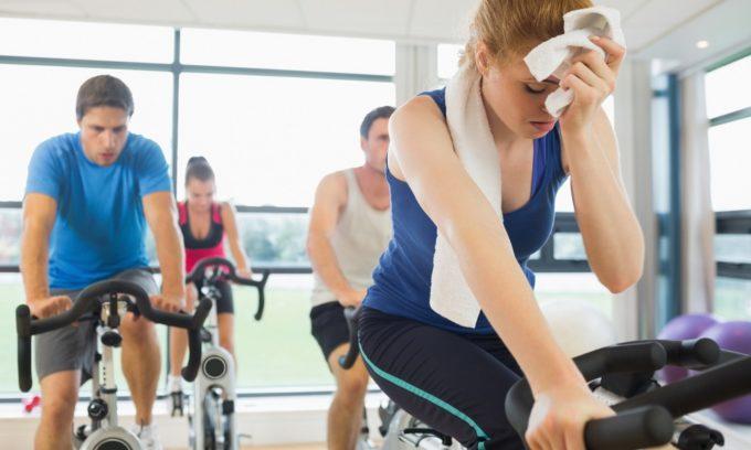 Тяжелые физические нагрузки провоцируют повышение врутрибрюшного давления, что вызывает расширение вен прямой кишки