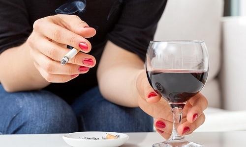 Нельзя одновременно с использованием препарата употреблять спиртосодержащие напитки и курить