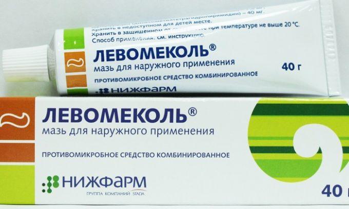 Левомеколь содержит в составе два вещества - антибиотик хлорамфеникол (действует против большого количества бактерий) и метилурацил (способствует заживлению тканей)