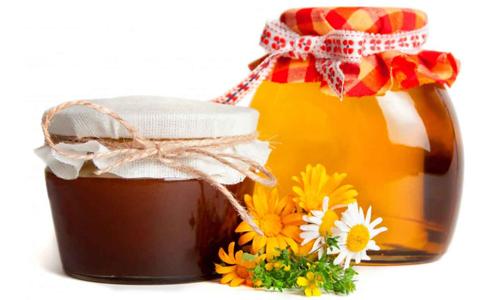 Устранить кровотечение при геморрое помогут различные народные средства, такие как мёд, ромашка и другие