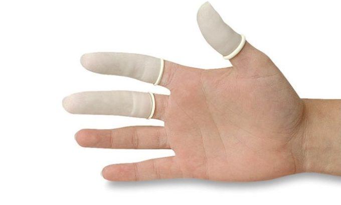 В аптеке можно купить специальный напальчник, перед процедурой его надевают на указательный палец и процесс введения средства облегчается