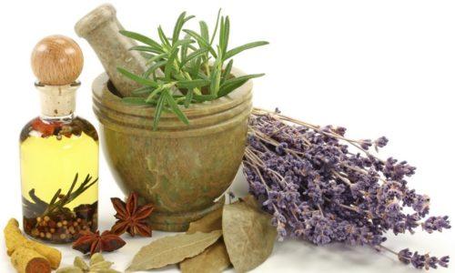 Народные методы лечения геморроя включают применение компрессов, отваров и других лекарственных форм на основе целебных растений