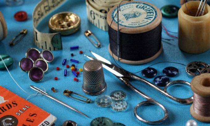 Также в изготовлении подушки от геморроя понадобятся ножницы, нитки, иголка и булавки