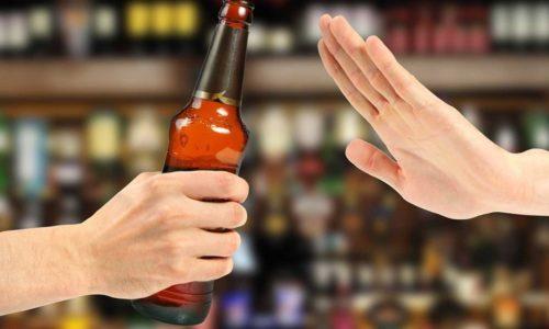 Диета для профилактики геморроя предполагает отказ от употребления алкогольных напитков