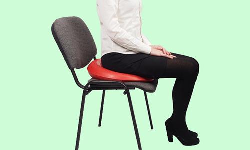 После хирургического вмешательства рекомендуется применять ортопедическую подушку при сидячей работе