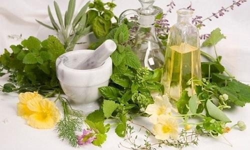 Народная медицина обладает целым арсеналом средств борьбы с геморроем: настои из сборов трав и листьев растений, растительные масла и соки